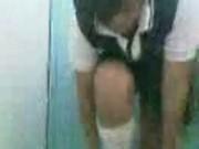 Imagen Divina colegiala mostrandose y dedeandose en el baño