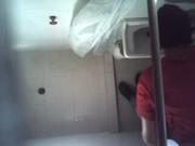 Imagen Grabando a su prima con camara oculta en el baño