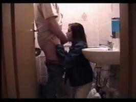 Imagen Morrita mamando verga de maduro en el baño