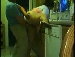 Imagen Caliente a su esposa y la coje en la cocina