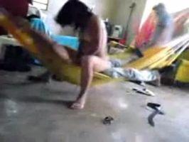 Imagen Parejita cogiendo en una hamaca, aun con su amigo de visita