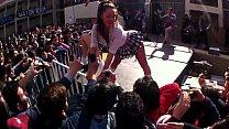 Imagen Putitas vestidas de colegiala bailan en tarima